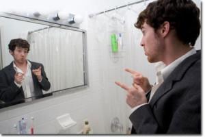 homme-fier-de-la-taille-du-penis-se-regardant-dans-un-miroir
